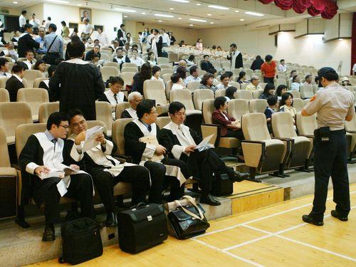 残業の多い業種、会計士や弁護士などの専門職/台湾