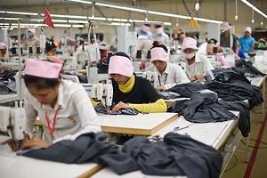 カンボジア:労働法 縫製労働者の保護が不十分