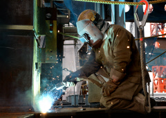 建設職人、年収1000万円超も 人手不足が企業揺さぶる :NQNウイークエンエドスペシャル :コラム :マーケット :日本経済新聞