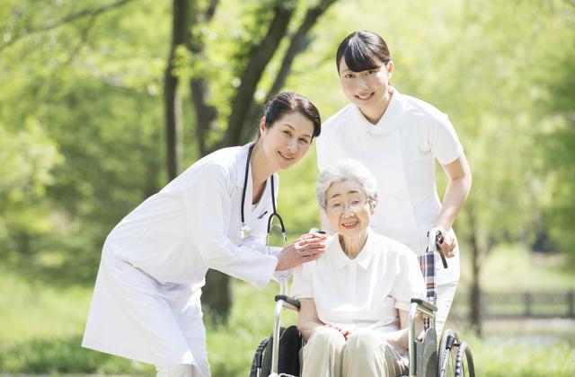 人手不足の介護業界、改善策は?