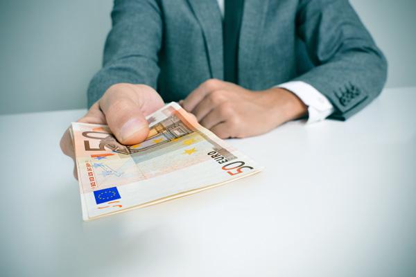 スペイン航空会社 面接志願者に60ユーロを課金