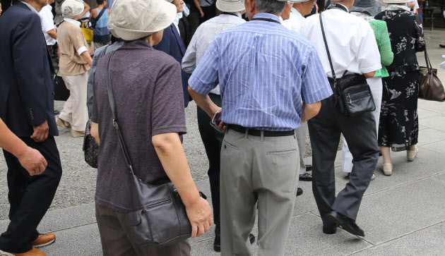 60歳以上「まだ働きたい」71.9% 16年版高齢社会白書