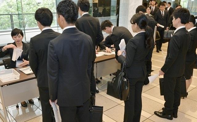売り手市場の就活、10月の内定率が9年ぶりに9割超 新卒採用の枠組みで活動する内定獲得者や在職者も