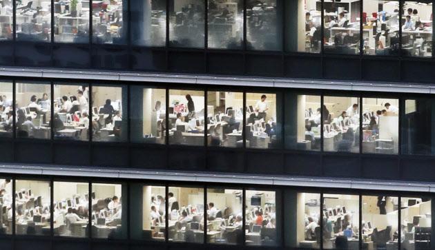 残業100時間超は産業医に報告 厚労省、企業に義務化