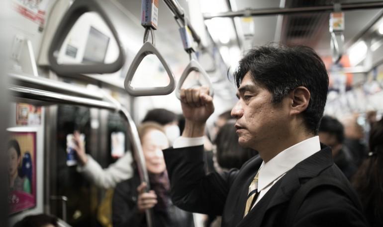 働く人500人に聞いた睡眠不足の要因、TOP3は「残業」「寝ながらスマホ」「通勤時間」